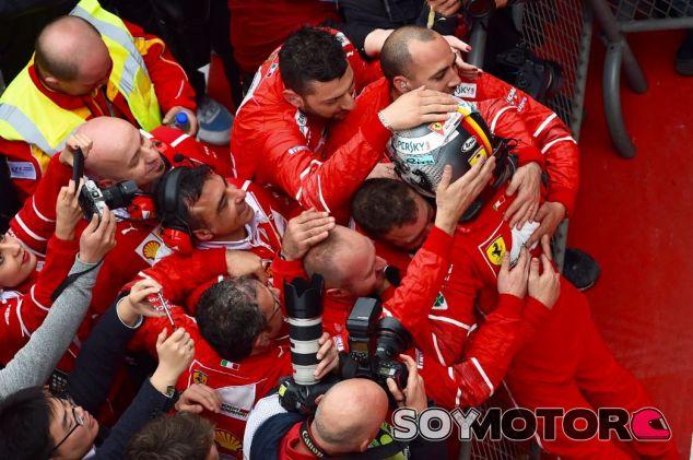 Vettel celebra la segunda posición de China junto a mecánicos e ingenieros de Ferrari - SoyMotor