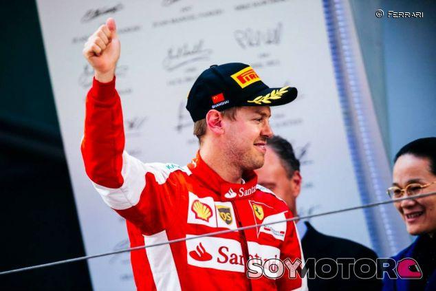 Vettel en el podio de Shanghai - LaF1.es