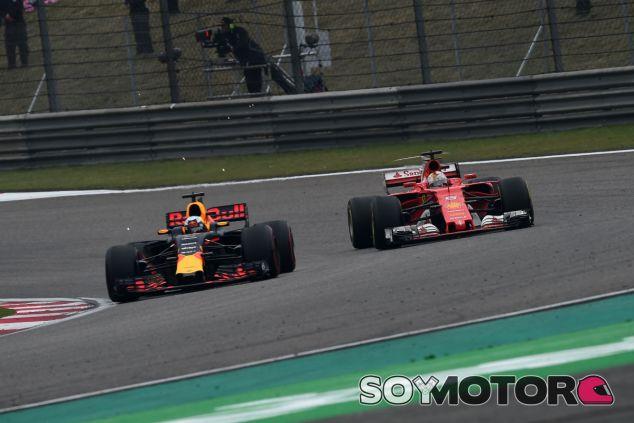 Vettel y Ricciardo durante el GP de China F1 2017 - SoyMotor.com