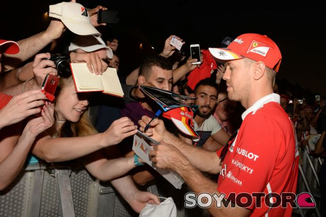 Vettel firma autógrafos a varios fans en Abu Dabi - SoyMotor.com