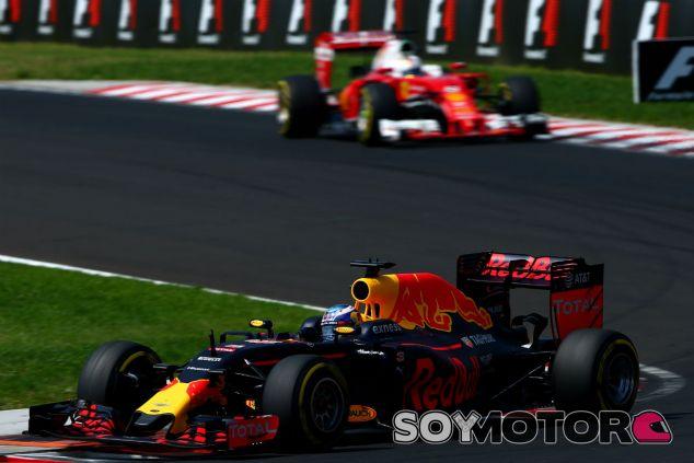Sebastian Vettel persigue sin éxito a Daniel Ricciardo en Hungría - LaF1