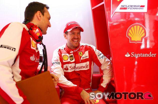 Vettel en el box de Ferrari - LaF1.es