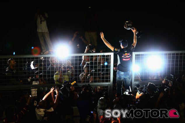 Sebastian Vettel comparte el trofeo de vencedor con los espectadores de Suzuka - LaF1