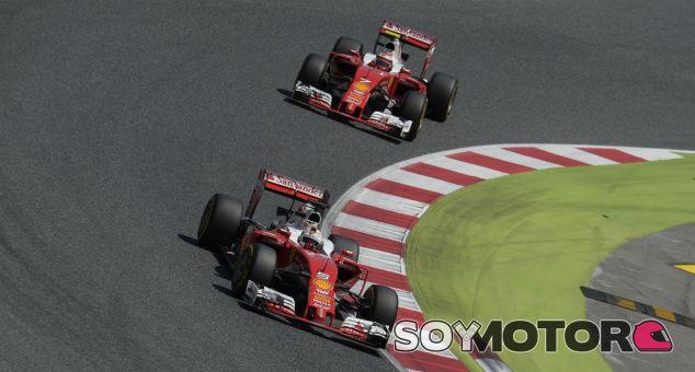 Vettel y Räikkönen durante un Gran Premio esta temporada - LaF1