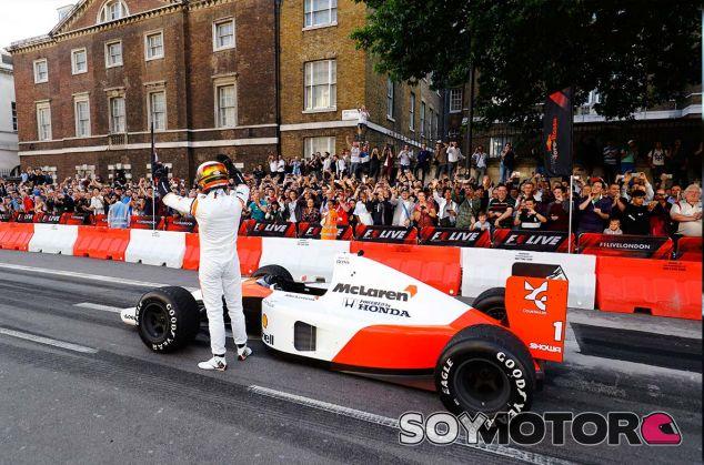 Sebastian Vettel con el McLaren MP4/6 en Londres - SoyMotor.com