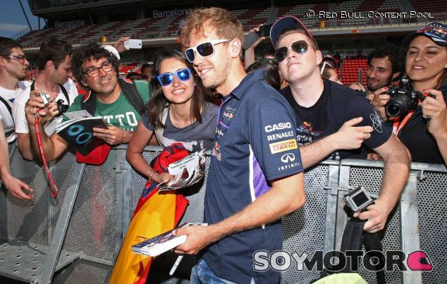 Sebastian Vettel en el Circuit de Barcelona-Catalunya, rodeado de aficionados - LaF1