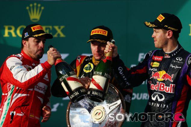 Sebastian Vettel en el podio de Australia, junto a Räikkönen y Alonso - LaF1