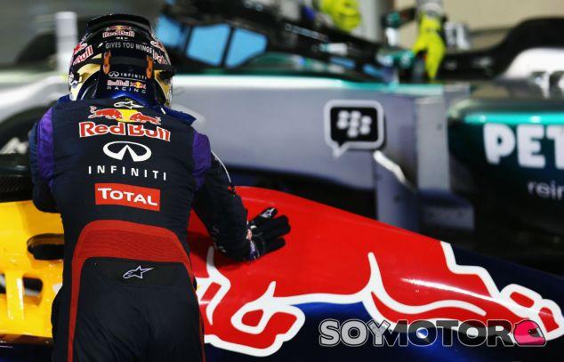 Sebastian Vettel acariciar al RB9 en Abu Dabi - LaF1