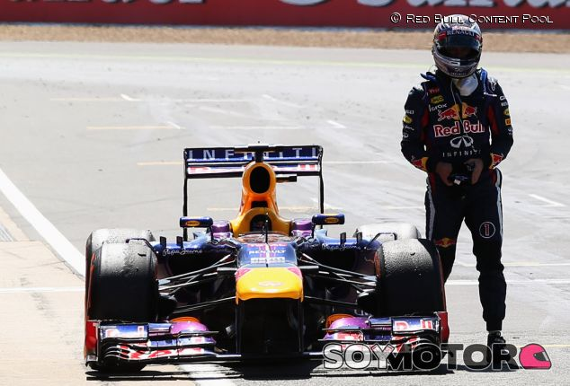 Sebastian Vettel junto a su Red Bull RB9 en Silverstone