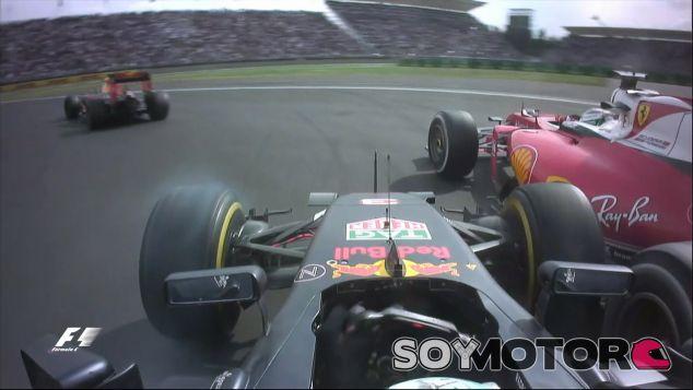 Daniel Ricciardo contravolantea en su lucha con Sebastian Vettel - LaF1