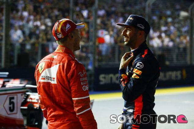 Vettel y Ricciardo durante el GP de Singapur 2017 - SoyMotor.com