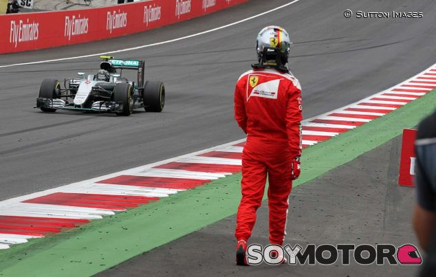 Vettel observa a Rosberg tras abandonar en Austria 2016 - SoyMotor