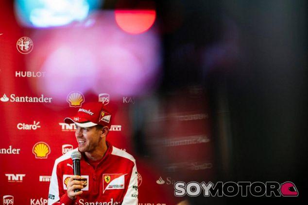 Vettel atendiendo a la prensa en el circuito de Sochi - LaF1