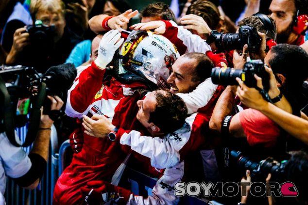 Vettel, celebrando su victoria en Singapur con su equipo, aún tiene opciones de ganar el título - LaF1