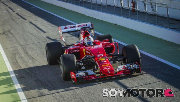 Vettel durante un test en Barcelona - SoyMotor