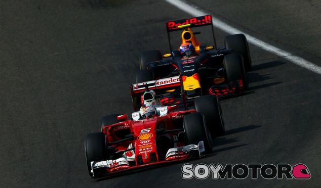 Vettel y Verstappen durante un GP esta temporada - LaF1