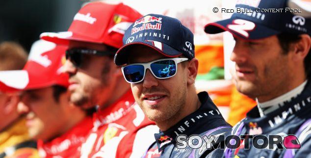 Sebastian Vettel en la foto grupal con todos los pilotos de 2013