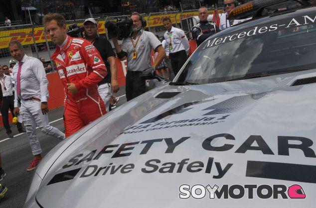 Sebastian Vettel junto al coche de seguridad de la F1 – SoyMotor.com
