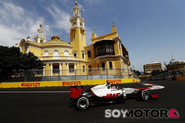 Romain Grosjean durante la carrera en Bakú - LaF1