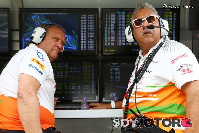 Vijay Mallya en el pit wall de Force India - LaF1