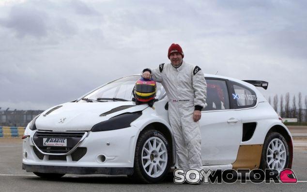 Jacques Villeneuve junto al Peugeot 208 de Albatec Racing - LaF1