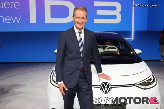 Herbert Diess con el Volkswagen ID.3 - SoyMotor.com