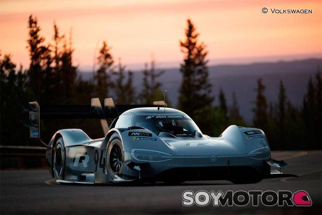 Romain Dumas con su Volkswagen eléctrico - SoyMotor