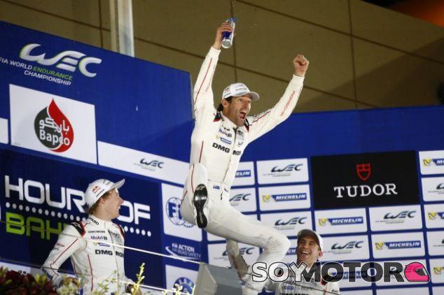 Webber celebrando su título en el WEC en Baréin - LaF1