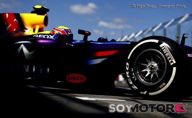 Mark Webber sale de boxes en Albert Park