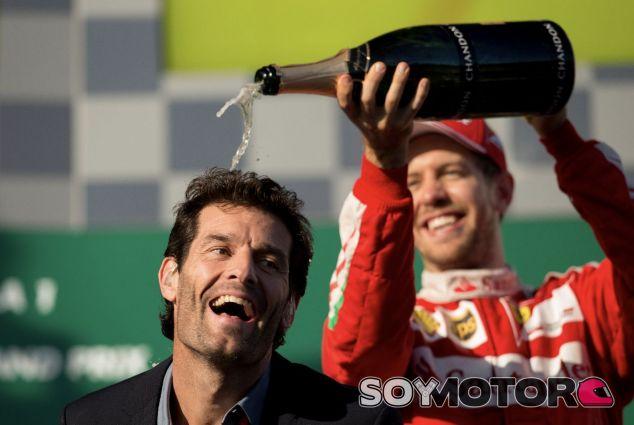 Sebastian Vettel con Mark Webber (delante) en el podio de Australia – SoyMotor.com