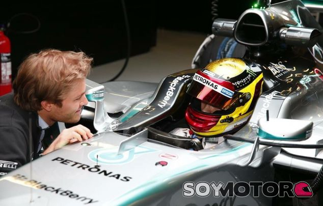 Wehrlein subido al Mercedes con Nico Rosberg a su lado - LaF1