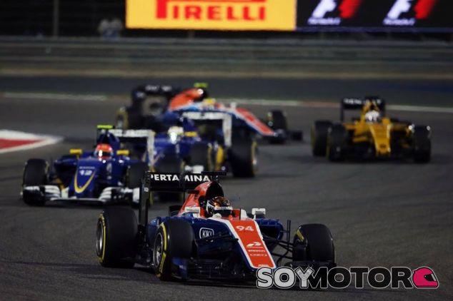Pascal Wehrlein en Baréin frente a ambos Sauber - SoyMotor