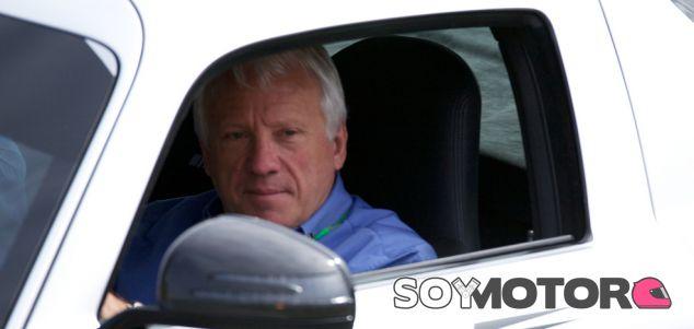 Charlie Whiting subido al coche de seguridad - LaF1