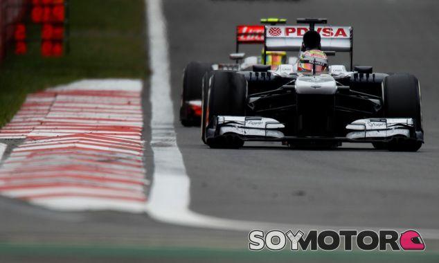 Pastor Maldonado, manteniendo a raya a Sergio Pérez - LaF1