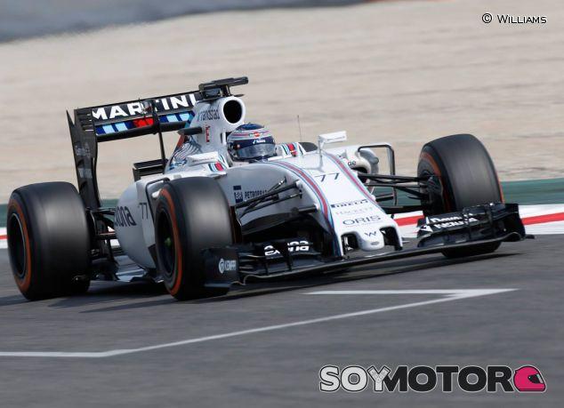Valtteri Bottas con el FW37 en Barcelona - LaF1.es