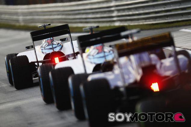 Fila de coches en el pit-lane - LaF1.es