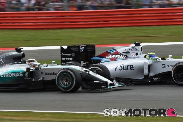 Felipe Massa se defiende de Lewis Hamilton en Silverstone - LaF1
