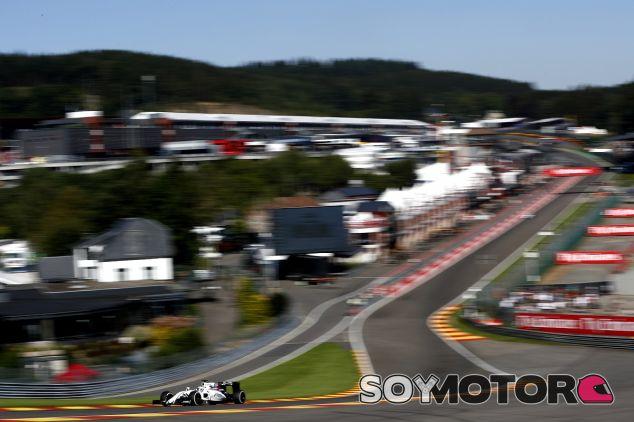Felipe Massa a toda velocidad en Eau Rouge - LaF1.es