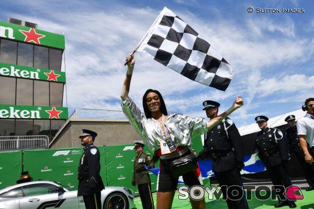Winnie Harlow con la bandera cuadriculada - SoyMotor.com
