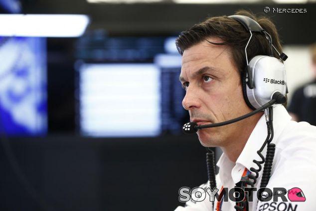 Toto Wolff en el box de Mercedes durante el GP de Baréin - LaF1