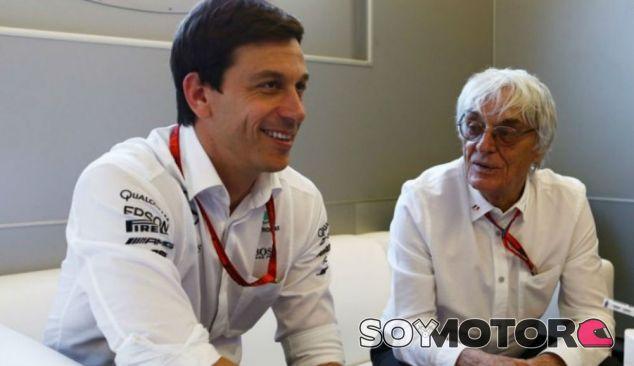 Wolff y Ecclestone durante un Gran Premio en 2016 - SoyMotor