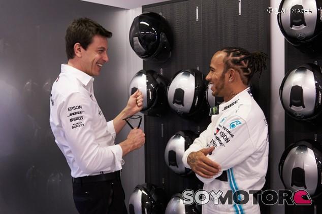 Mercedes cierra filas con Hamilton con su cambio de decoración