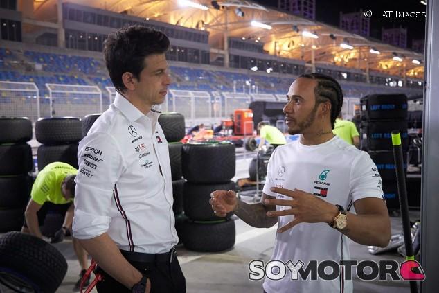 Toto Wolff y Lewis Hamilton en una imagen de archivo de 2019 - SoyMotor.com