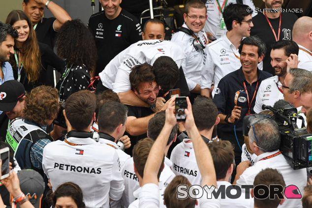 Toto Wolff en la celebración de Mercedes en Interlagos - SoyMotor.com