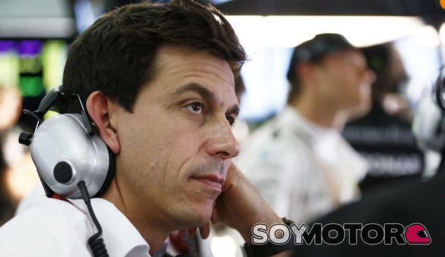 Wolff en el box de Mercedes durante un GP esta temporada - SoyMotor