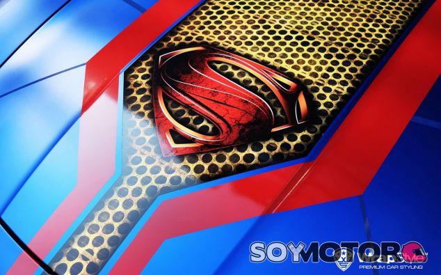 Tras este capó con el logo de superman se esconde un motor de 571 caballos - SoyMotor