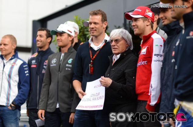 Imagen de archivo de 2015 de Wurz junto a Ecclestone y pilotos de la GPDA - SoyMotor