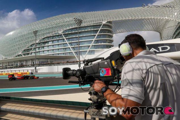 Un cámara graba a Verstappen en Abu Dabi - SoyMotor