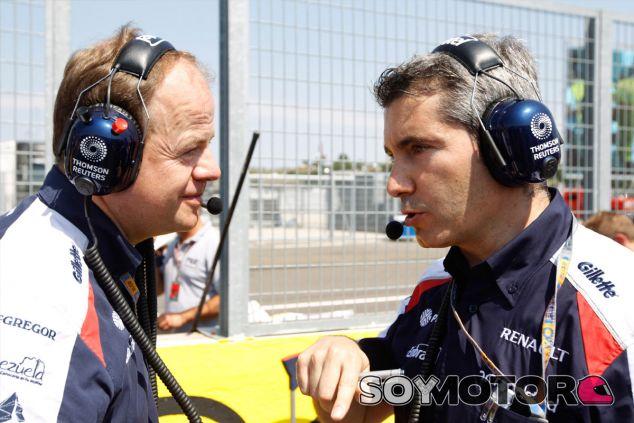 Xevi Pujolar conversa con Mark Gillan en una foto de archivo de 2012 - LaF1