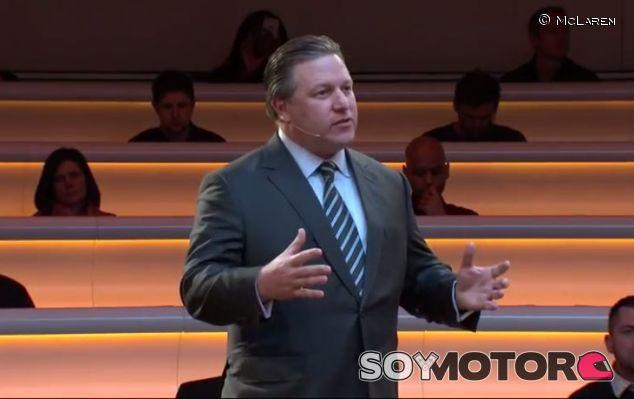 Zak Brown en la presentación del MCL32 - SoyMotor.com